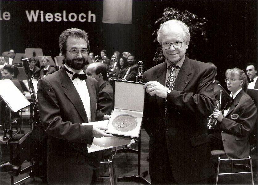 "Verleihung der Plakette ""Pro Musica"" durch Oberbürgermeister Gustav Bylow an Horst Kummerow"